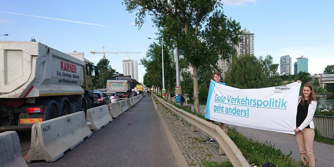 Protest gegen Pop-Up Radweg auf Kagraner Brücke